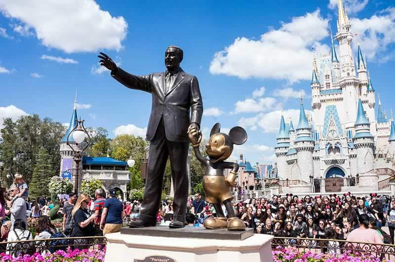 parque magic kingdom com walt disney e castelo