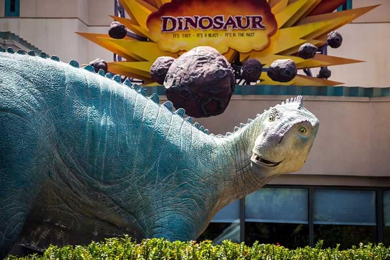 atração dinosaur e estátua de dinossauro no parque animal kingdom da disney