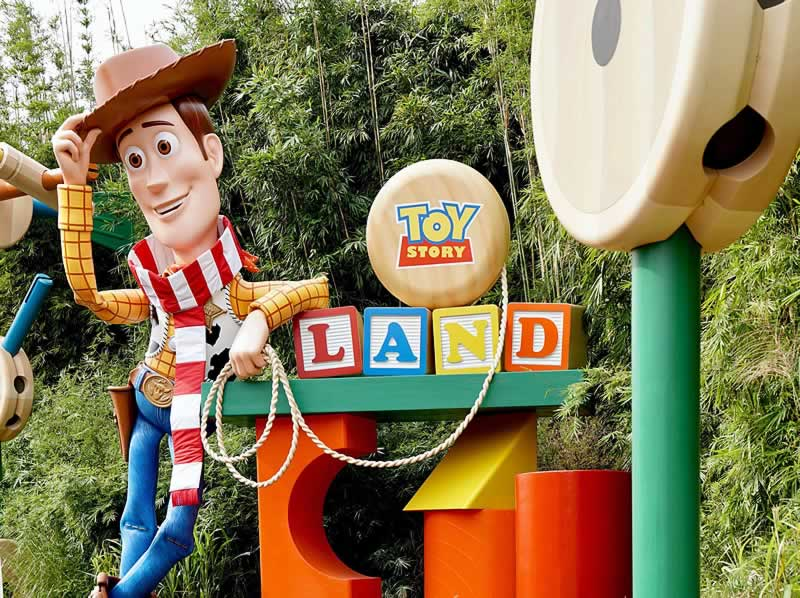 estátua do woody na toy story land do hollywood studios